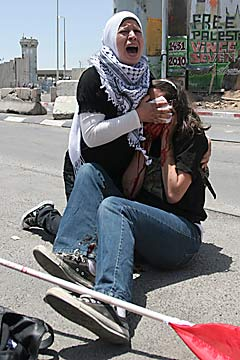 American Emily Henchowicz aided by Palestinian after being hit in the eye by an IDF tear-gas cannister